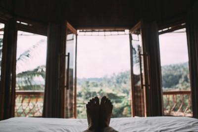 Χρήσιμες συμβουλές σε περίπτωση που ο κορονοϊός σε «βρει» στις διακοπές σου