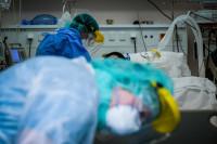 Άνδρας πλήρως εμβολιασμένος και χωρίς υποκείμενα σε ΜΕΘ με βαριά πνευμονία