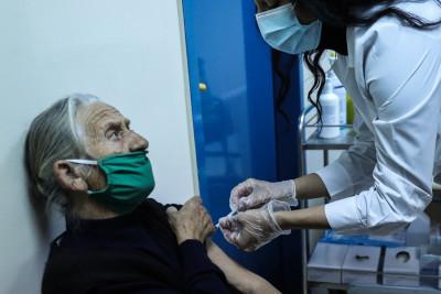 Τρίτη δόση: Γιατί αποφασίστηκε η χορήγησή στους άνω των 60 και σε υγειονομικούς