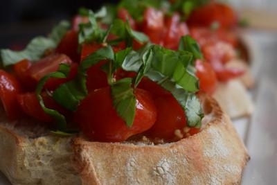 Υπέροχο σνακ: Μπρουσκέτες με μαρμελάδα ντομάτας, μανούρι και σύκα
